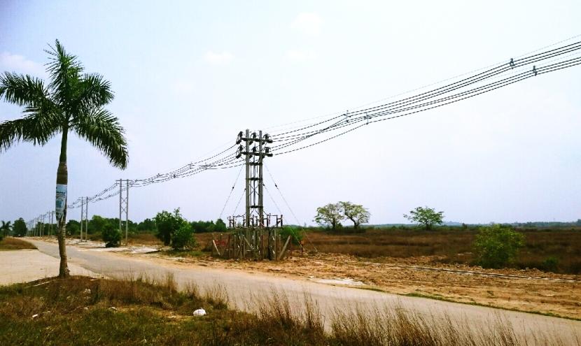 ミャンマーの工業団地付近の送電線設備