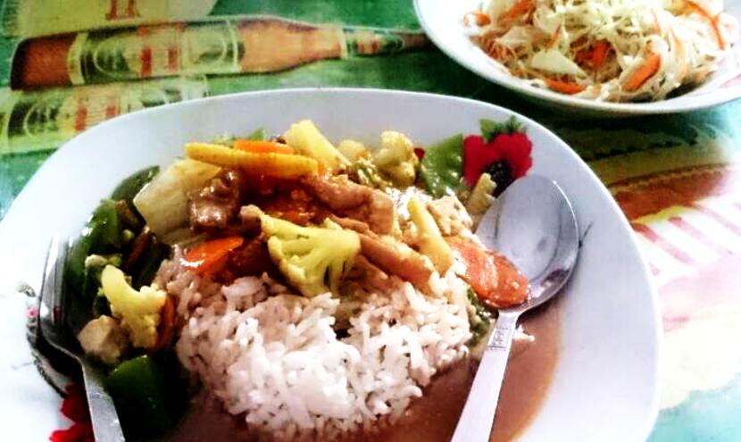 ミャンマーのローカル食堂でランチ