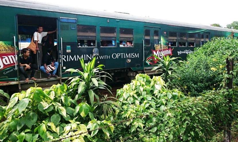 ミャンマーで電車に乗る